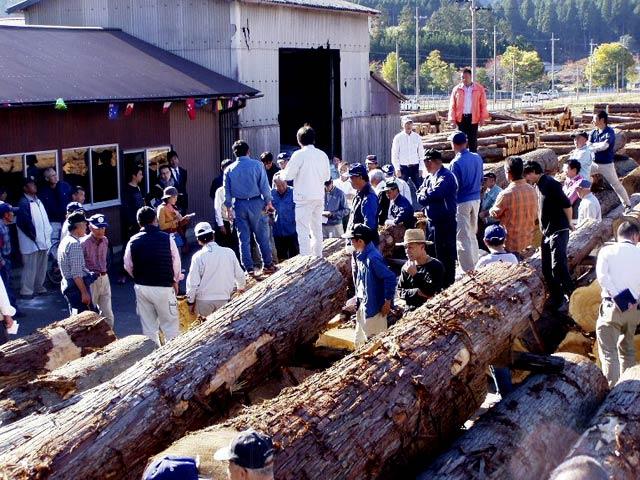 木材まつりの競り売りの様子