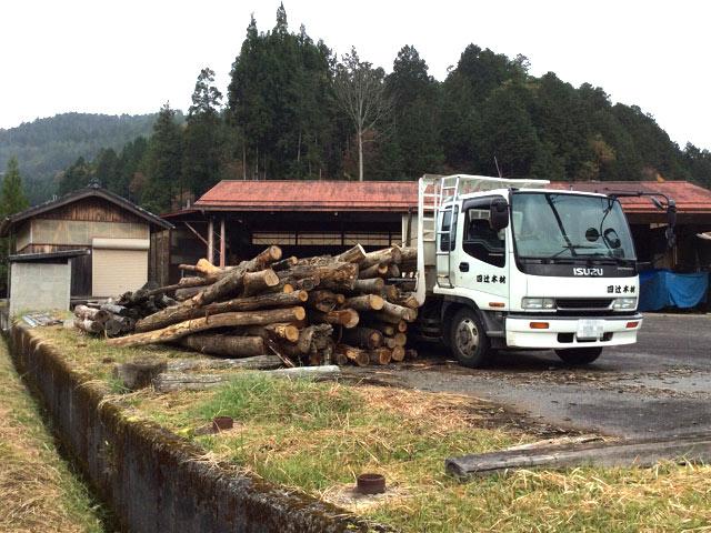 いすゞの8tトラックで木材を運び出します。