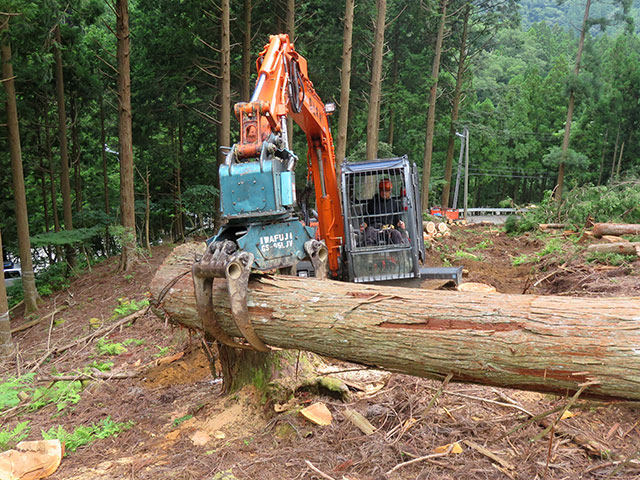グラップル(木をつかむ高性能林業機械)