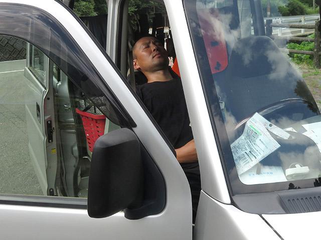 お昼休憩は車の中で昼寝