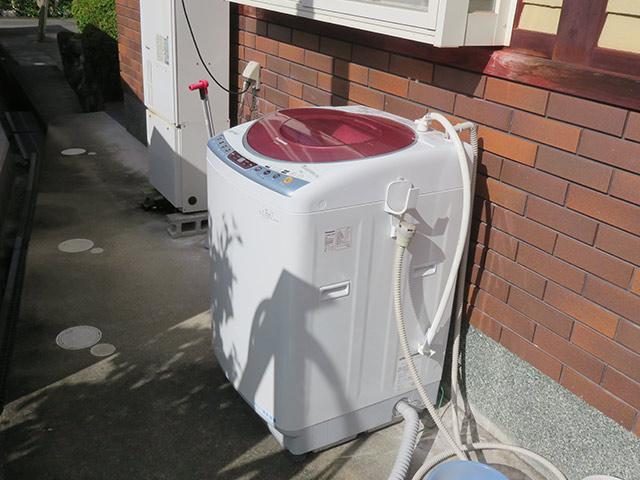 作業着を洗うための古い洗濯機