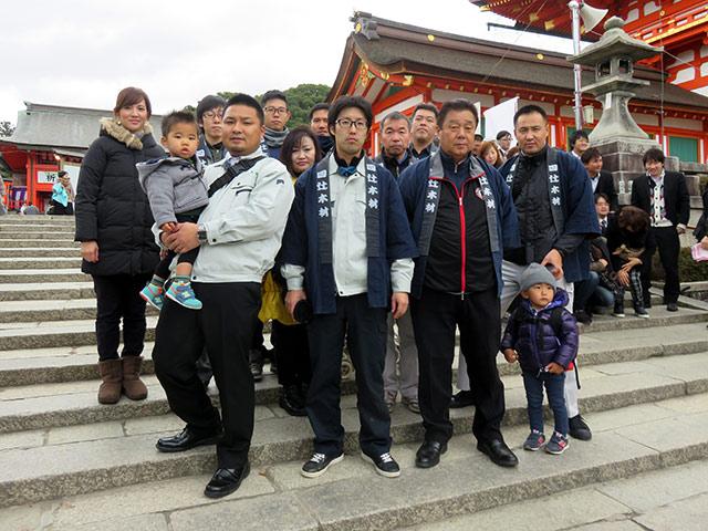 伏見稲荷大社で集合写真