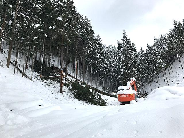 重機を使って雪かき