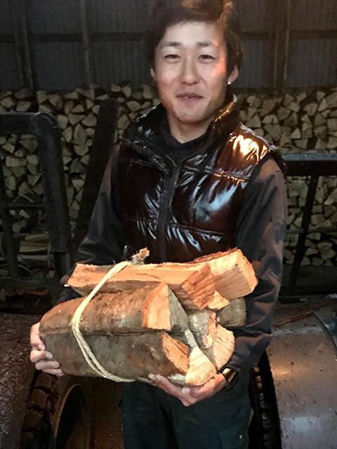 水口くんが持っている薪の量で1束です