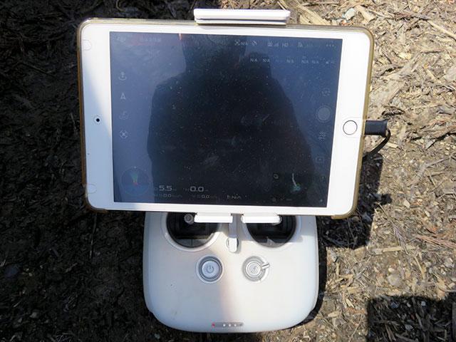 ドローンはiPadの下に見えるラジコンのコントローラで操作