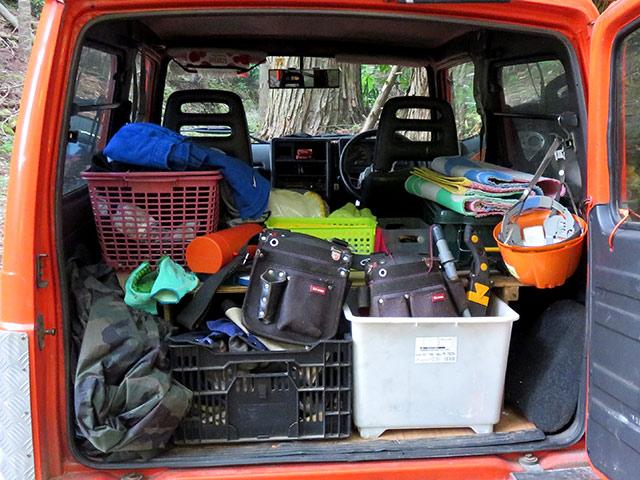 ジムニーの荷物の収納量を見せてもらった。