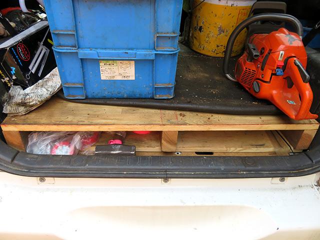 木材のパレットを積んで工具置き場にしています。