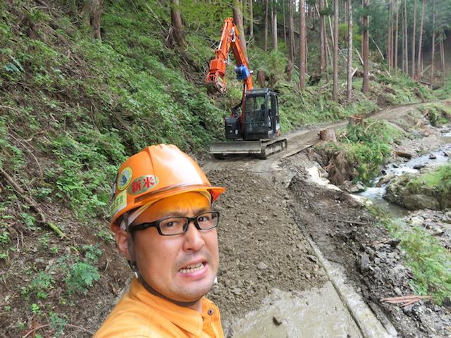 私たちは林道を復旧しながら、木材の搬出の準備