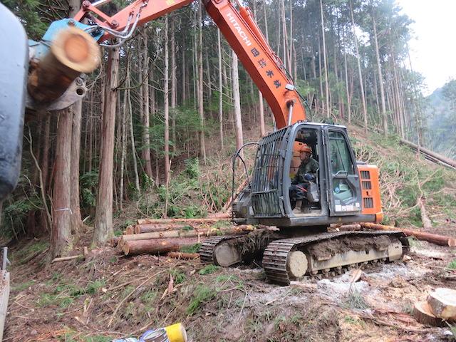 重機を手足みたいに操って、山の土や木をイメージの形にして安全に仕事進めていく