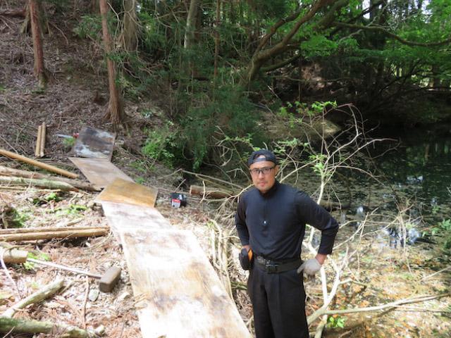 農業用ため池のほとりに、防護木塀を設置