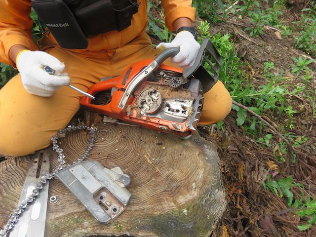 レンチの先や硬いものでこびりついた木屑を落としていきます。