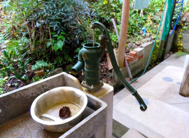 井戸から地下水をくみ上げる、懐かしいギコギコ