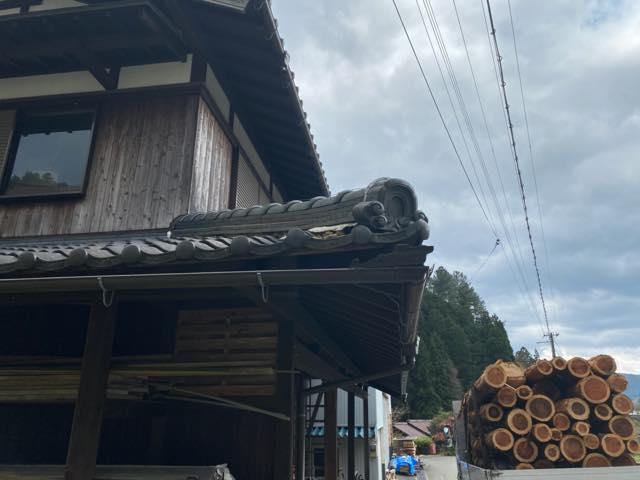 トラックの荷台を民家の屋根のノキに当ててしまいました。